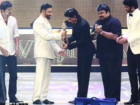 कमल हसनकडून शिवाजी पुरस्कार स्वीकारताना... शाहरुख खान