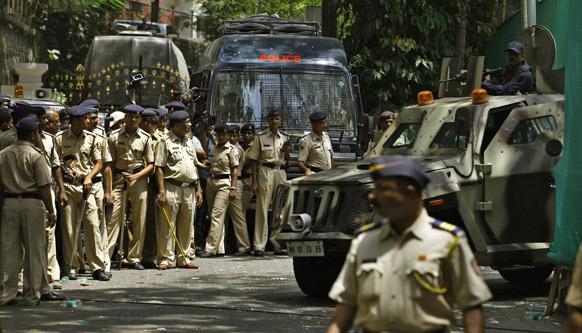 संजय दत्त सरेंडर करण्यासाठी येण्यापूर्वी टाडा कोर्टाबाहेर असलेला पोलिस बंदोबस्त