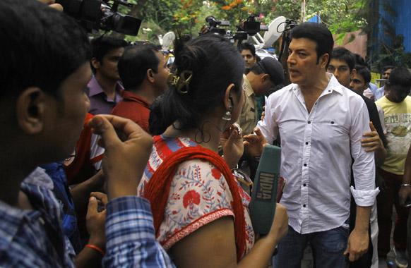 मुंबईत जिया खान हिचे अत्यंसंस्कार करण्यात आले. यावेळी अभिनेता आदित्य पांचोली मीडियाशी वाद घालताना...