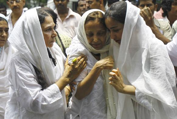 मुंबईत जिया खान हिचे अत्यंसंस्कार करण्यात आले. यावेळी जियाचे दुःखी कुटुंब