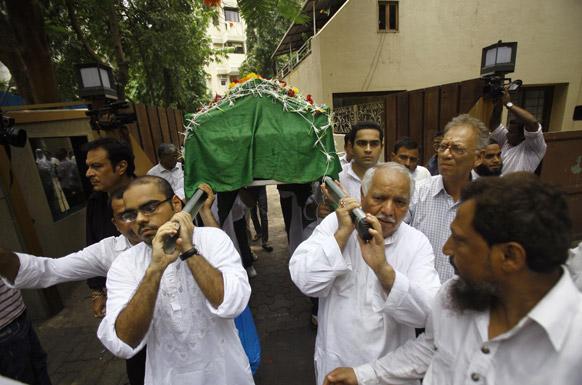 मुंबईत जिया खान हिचे अत्यंसंस्कार करण्यात आले. यावेळी पार्थिव घेऊन जाताना मित्र परिवार...