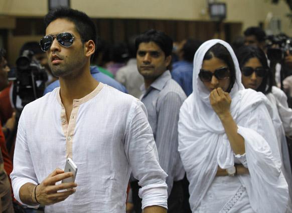 अभिनेत्री जिया खान हीच्या अंत्यसंस्कारानंतर घरी परततांना सिद्धार्थ मल्ल्या.
