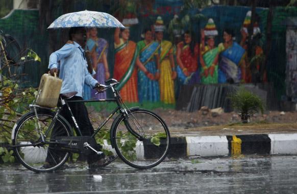 हैदराबाद येथे दोन दिवसांपूर्वी आलेल्या पावसामुळे अनेकांची तारांबळ उडाली. या पावसातून छत्री, सायकल आणि सामना घेऊन जाताना सायकल स्वार