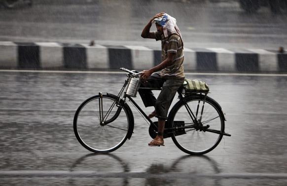 हैदराबाद येथे दोन दिवसांपूर्वी आलेल्या पावसामुळे अनेकांची तारांबळ उडाली. या पावसातून भिजत जाताना सायकल स्वार