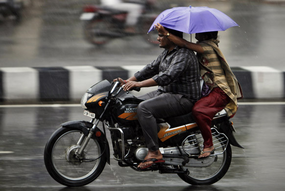 हैदराबादेत दोन दिवसांपूर्वी आलेल्या पावसामुळे अनेकांची तारांबळ उडाली. या पावसातून बाईकवरून जातांना जोडपे....