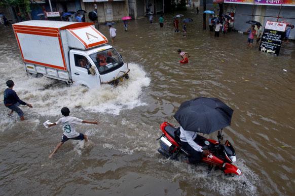 मुंबईत दोन दिवसांपूर्वी आलेल्या पावसामुळे सखल भागात पाणी साचले होते. या पाण्यात खेळताना मुले.