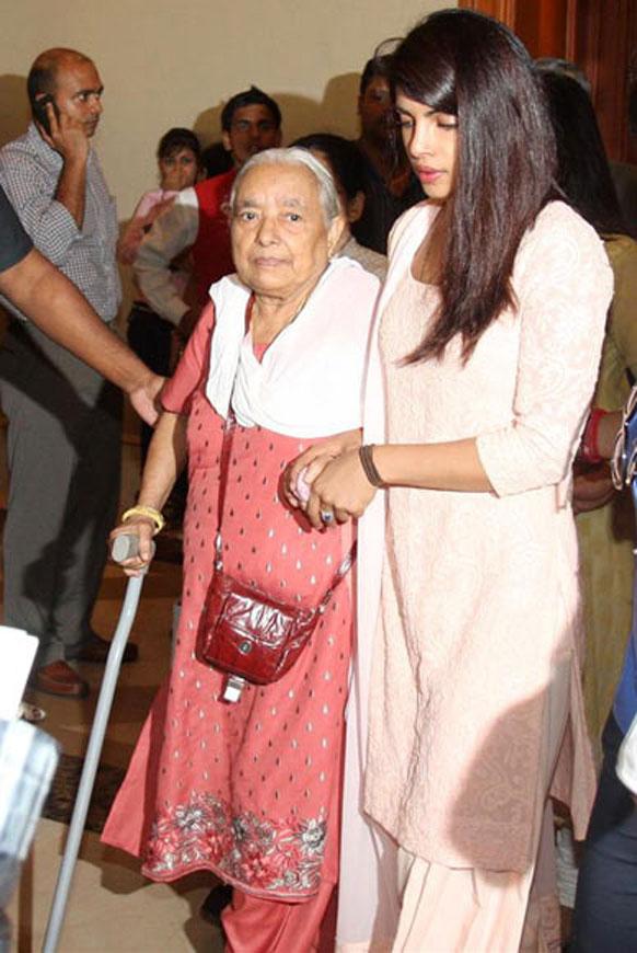 प्रियांका चोप्रा घरातील एका वयोवृद्ध व्यक्तीसोबत...