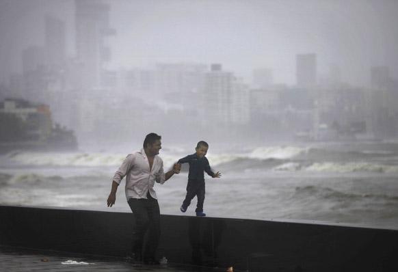 एक बाप आपल्या लहानग्यासोबत पाऊस एन्जॉय करताना...