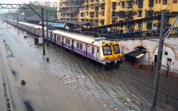 मुंबई लोकल पाण्यात