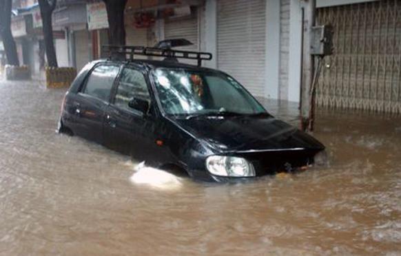 मुंबईत तुंबलेल्या पाण्यात फसलेली कार