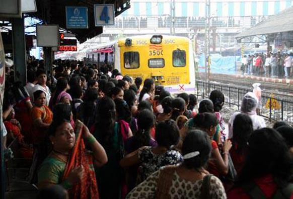 मुंबई लोकलला झालेली गर्दी