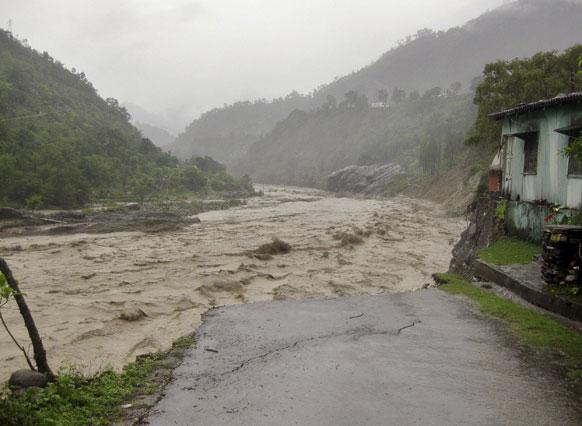 उत्तरखंडमध्ये मुसळधार पाऊस आणि नदीला आलेला पूर