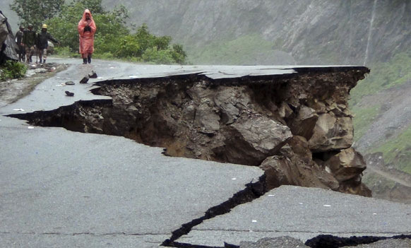 उत्तराखंडमध्ये जमीन खचण्याचा  प्रकार पाहायला मिळाला.  हायवेवर अविरत पावसाने खचलेला रस्ता