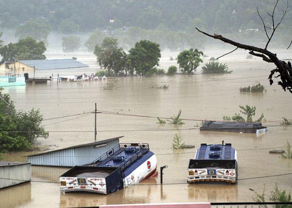 उत्तराखंड - उत्तर भारतीय राज्यातील श्रीनगर जिल्ह्यात भागीरथी नदीला आलेल्या पुरात वाहून गेलेले ट्रक