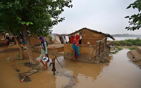 नवी दिल्लीतील एक घर यमुना नदीला आलेल्या पुरात असे वेढले गेले.