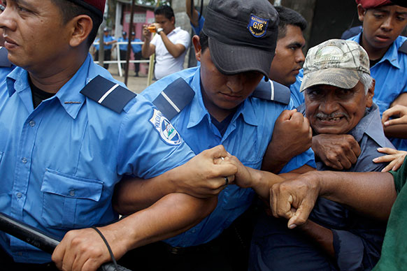 पेन्शनसाठी सुरू असणारं नॅशनल एल्डर्ली युनिटचं आंदोलन रोखताना पोलीस