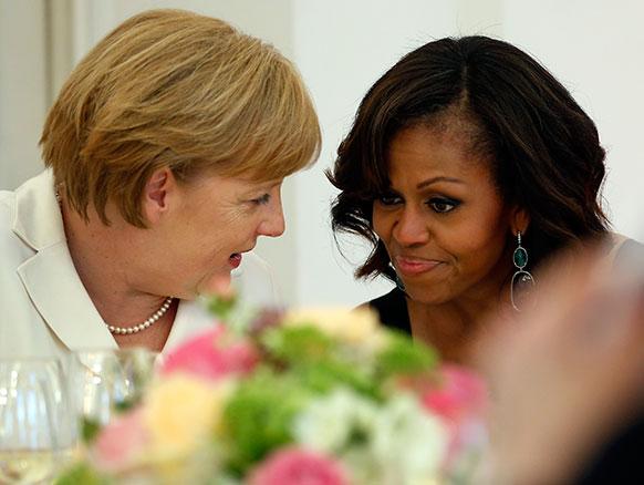 मिशेल ओबामा जर्मनीच्या चान्सेलर अँजेला मेर्केल यांच्यासोबत वार्तालाप करताना