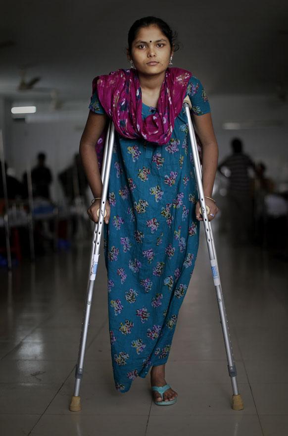 बांग्लादेशातील कापड गिरणीतील १८ वर्षीय कामगार
