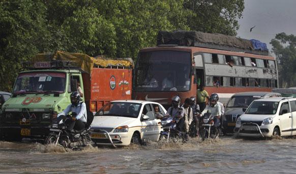 यमुना नदीच्या पातळीत झालेल्या वाढीमुळे दिल्लीतला प्रवास अशा प्रकारे पाण्यात होऊ लागला
