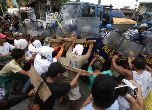 फिलिपिन्समध्ये कंपनीतील माल बाहेर नेण्यास होत असलेला विरोध