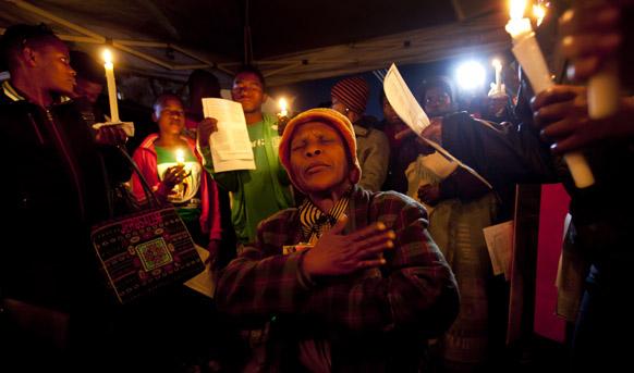 साऊथ अफ्रिकेचे माझी राट्राध्यक्ष नेल्सन मंडेला यांच्यावर प्रिटोरीया रुग्णालयात उपचार चालू असताना जगभरातून त्यांच्यासाठी प्रार्थना चकरताना लोक