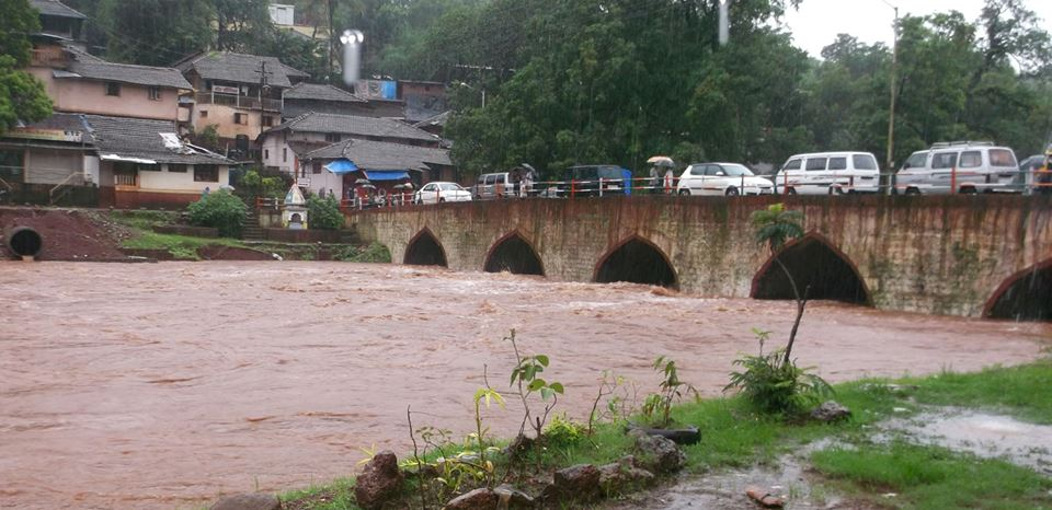 रत्नागिरी जिल्ह्यातील राजापूरमधील अर्जुना नदीचे पाणी बाजारपेठेत घुसलेय