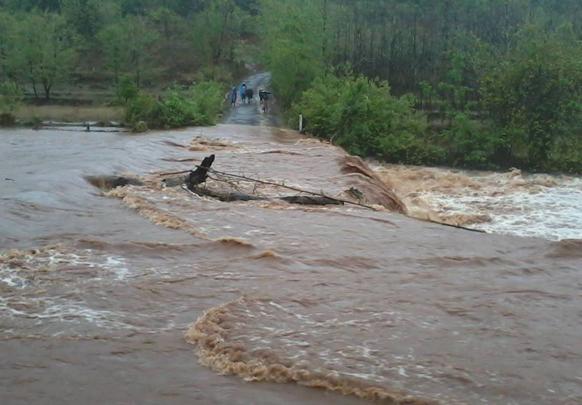 पुराचे पाणी रस्त्यावर आल्याने अनेक गावांचा संपर्क तुटला. रत्नागिरी जिल्ह्यात काही ठिकणी अशी परिस्थिती होती.