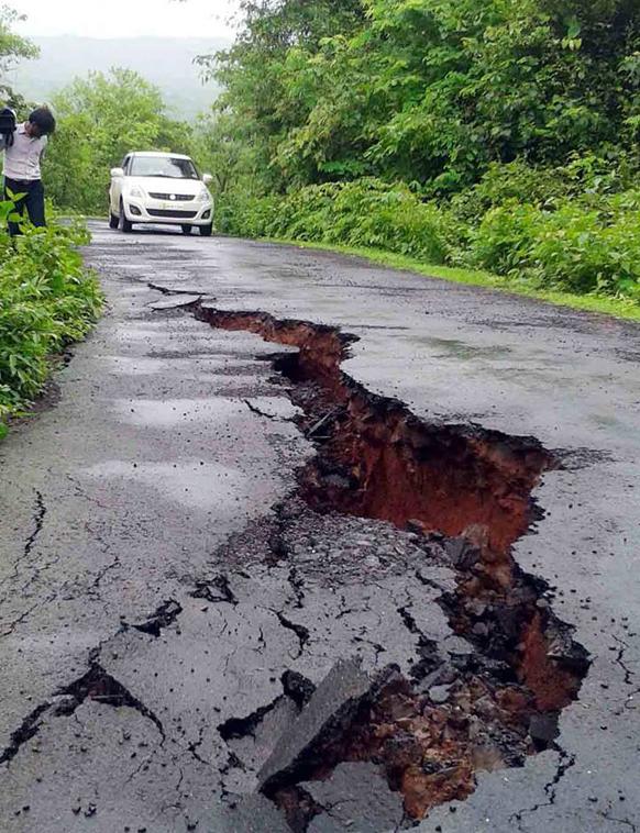 कोकणात मुसळधार पावसाचा फटाक मुंबई-गोवा महामार्गाला बसला. आरवलीनजीक खचलेला मार्ग