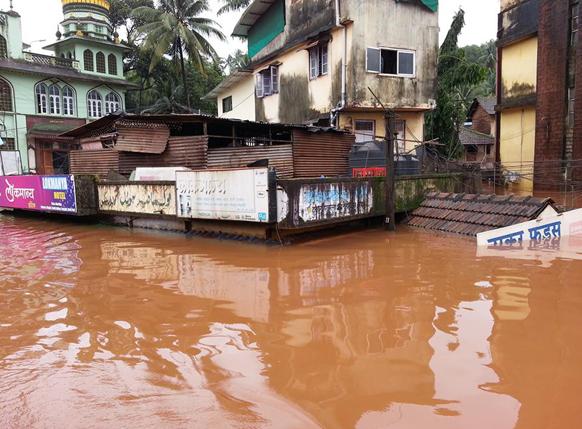 पुराचे पाणी घुसल्याने राजापूर बाजारपेठ पाण्याखाली
