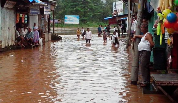 चिपळूण येथे बाजारपेठेत भरलेले वाशिष्ठी नदीचे पाणी