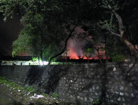 रायगड जिल्ह्यातील खोपोली येथील इंडिया स्टील या कंपनीत काल रात्री साडे अकरा वाजणेचे सुमारास कंपनीच्या मेल्टींग विभागात स्फोट झाला. या स्फोटात तीन जण गंभीर तर सात जण किरकोळ जखमी झाल्याचे वृत्त आहे. स्फोट इतका मोटा होता की त्या आवाजाने शेजारी विहारी गावासह खोपोली शहराला देखील हादरा बसला. विहारी गावात स्फोटातून उडालेले गोळे घरांवर पडल्याने अनेक घरांचे नुकसान झाले.