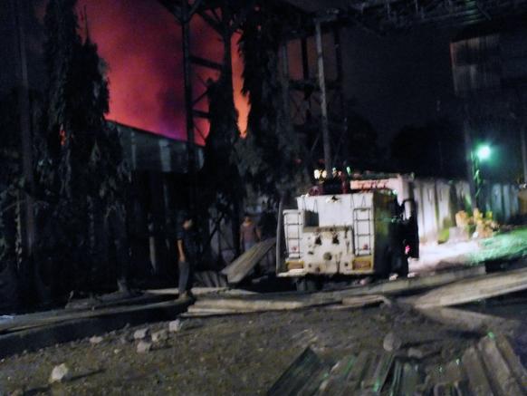 रायगड जिल्ह्यातील खोपोली येथील इंडिया स्टील या कंपनीत काल रात्री साडे अकरा वाजणेचे सुमारास कंपनीच्या मेल्टींग विभागात स्फोट झाला. या स्फोटात तीन जण गंभीर तर सात जण किरकोळ जखमी झाल्याचे वृत्त आहे. स्फोट इतका मोटा होता की त्या आवाजाने शेजारी विहारी गावासह खोपोली शहराला देखील हादरा बसला. विहारी गावात