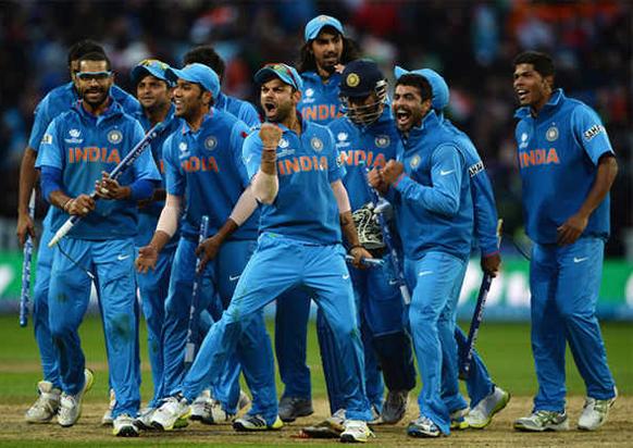 टीम इंडियाचा कॅप्टन महेंद्रसिंग धोनीने कमाल केली. अखेरच्या षटकात २ षटकार आणि १ चौकार ठोकून भारताचा विजय साकारला. श्रीलंकेवर १ विकेट आणि दोन बॉल राखून अंतिम सामना जिंकत ट्राय तिरंगी मालिकेचे विजेते पद पटकाविले आणि असा जोश पाहायला मिळाला