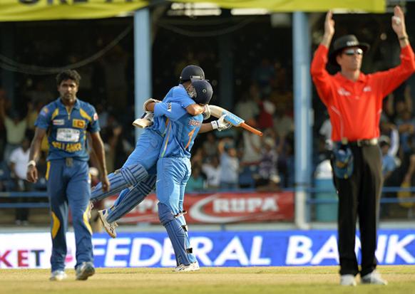 टीम इंडियाचा कॅप्टन महेंद्रसिंग धोनीने कमाल केली. अखेरच्या षटकात २ षटकार आणि १ चौकार ठोकून श्रीलंकेवर मात करत भारताचा विजय साकारला.