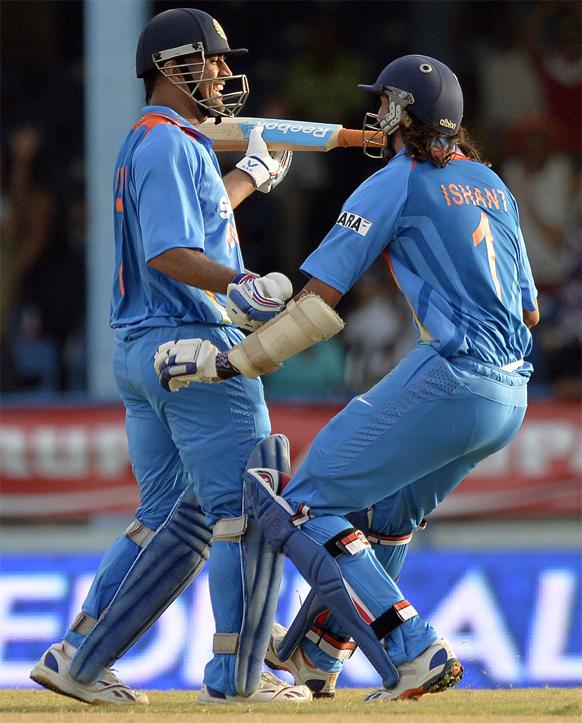 टीम इंडियाचा कॅप्टन महेंद्रसिंग धोनीने कमाल केली. अखेरच्या षटकात २ षटकार आणि १ चौकार ठोकून भारताचा विजय साकारला.  त्यावेळी इशांत शर्माने धोनीला मिठ्ठी मारली.