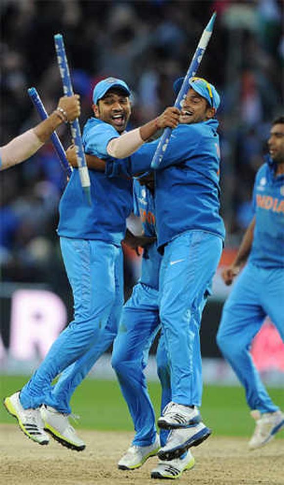 टीम इंडियाचा कॅप्टन महेंद्रसिंग धोनीने कमाल केली. अखेरच्या षटकात २ षटकार आणि १ चौकार ठोकून भारताचा विजय साकारला. श्रीलंकेवर १ विकेट आणि दोन बॉल राखून अंतिम सामना जिंकत ट्राय तिरंगी मालिकेचे विजेते पद पटकाविले. त्यानंतर मैदानावर असे धोनीचे कौतुक सहकाऱ्यांनी केले