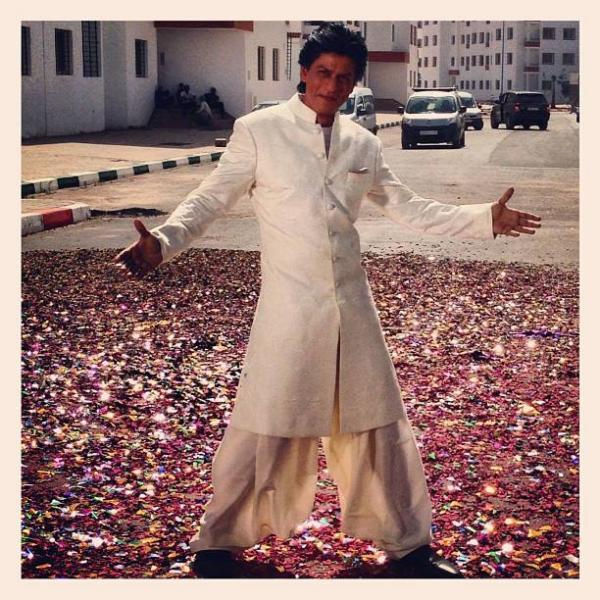 शाहरुख खान त्याच्या 'टिपिकल' पोझमध्ये मोरोक्कोत शूट करताना