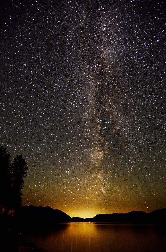 नॅशनल पार्क मॉन्टमध्ये १८ जूलैला सकाळी ३ वाजता हिमनदीवरील आकाशात आकाशगंगेचे अप्रतिम दृश्य