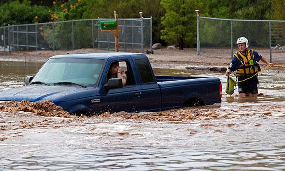 अरीझमधील अपॅक जंक्शनमध्ये साचलेल्या पाण्यात गाडीत फसलेले दोघे