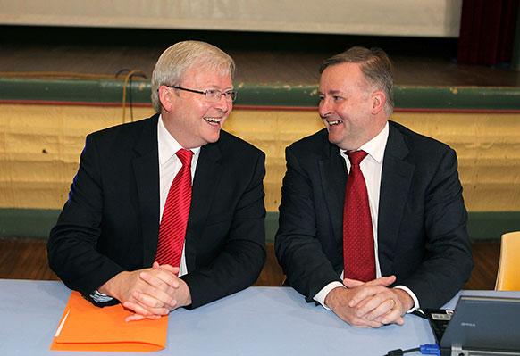 ऑस्ट्रेलिया सिडनीमध्ये फेडरल राजकीय पक्षातील सत्ताधारी गट बैठकीत ऑस्ट्रेलियाचे पंतप्रधान केविन रुड, उप पंतप्रधान अॅंथनी अलबॅनेससह