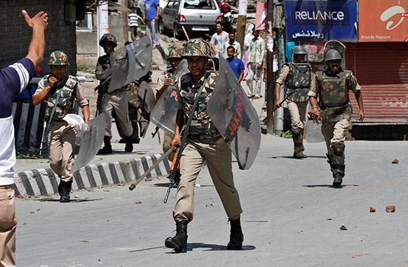 नुकत्याच श्रीनगरमध्ये झालेल्या हत्याकांड प्रकरणात भारतीय लष्करसेनेचे रक्षक बंद दरम्यान निषेध करताना