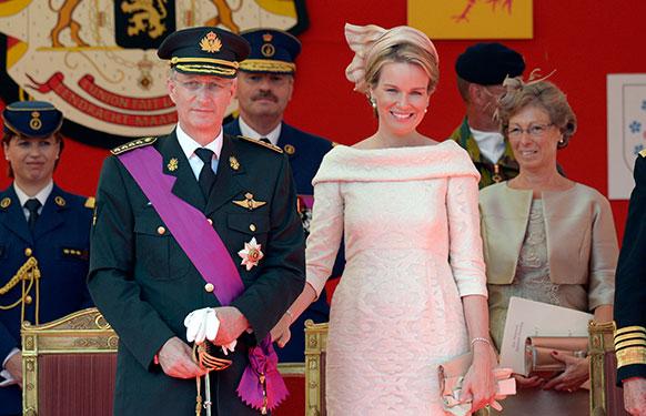 ब्रुझेल्समध्ये मिलीटरी परेड दरम्यान बेल्जियम राजा फिलीप त्यांच्या राणी मॅथील्डसह