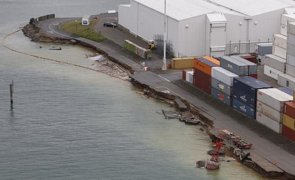 न्यू झिलंडमध्ये ६.९ इतक्या तिव्रतेच्या झालेल्या भुकंपात नुकसान झालेले कंटेनर