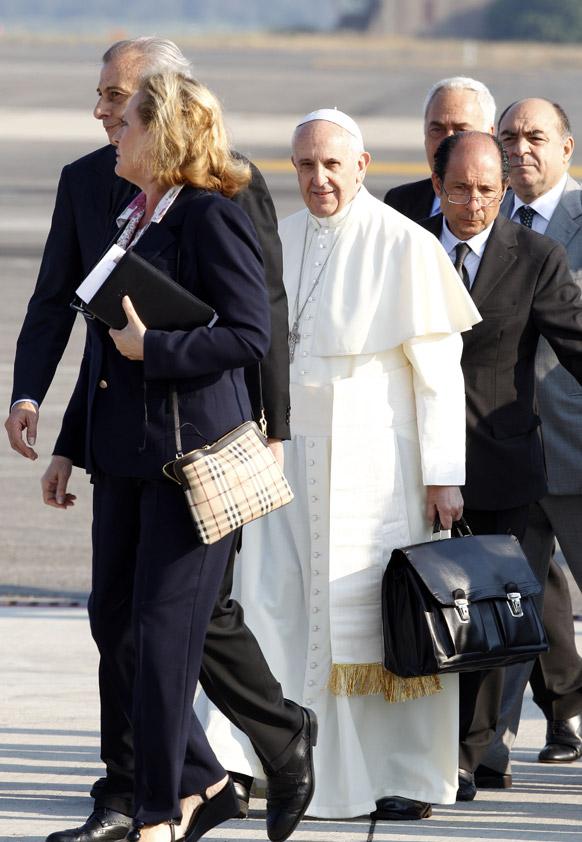 रोममधील फ्युमिसीनो आंतरराष्ट्रीय एअरपोर्टवर पोप फ्रांसिस पॉंटीफ म्हणून पहिल्या परदेशी पिकनिकवर