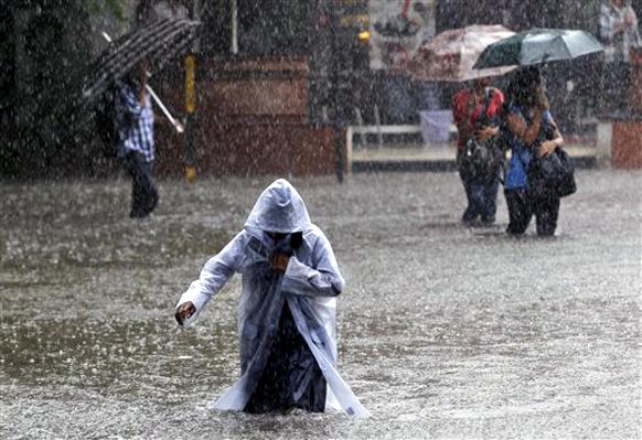 मुंबईत रस्त्यावर पाणी साचल्याने चिमुरडी पाण्यातून वाट काढताना