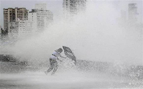 मुंबईत पाऊस आणि समुद्र लाटांचा आनंद लुटताना मुंबईकर