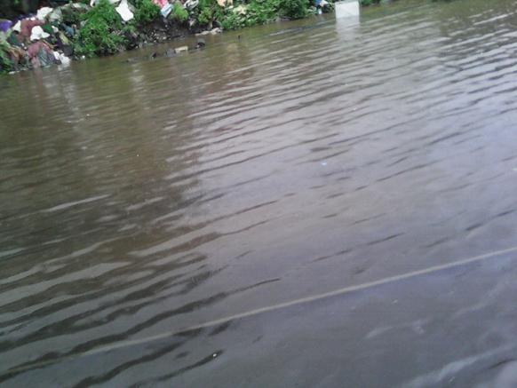 मुंबईत जोरदार पाऊस कोसळत असल्याने रेल्वे ट्रकवर पाणी साचलेय. त्यामुळे वाहतूक धिमी झालेय.