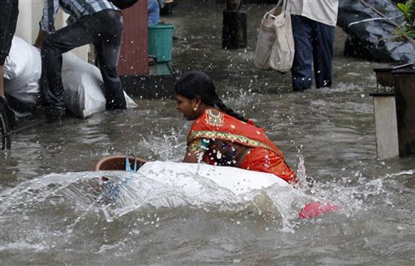 मुंबईत गेल्या दोन दिवसांपासून पाऊस कोसळत आहे. या पावसाने दैना उडवून दिलेय.