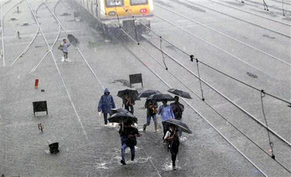 पावसाने मुंबई फास्ट अशी स्लो झाली आणि पायी चाकरमानी घरी निघालेत..