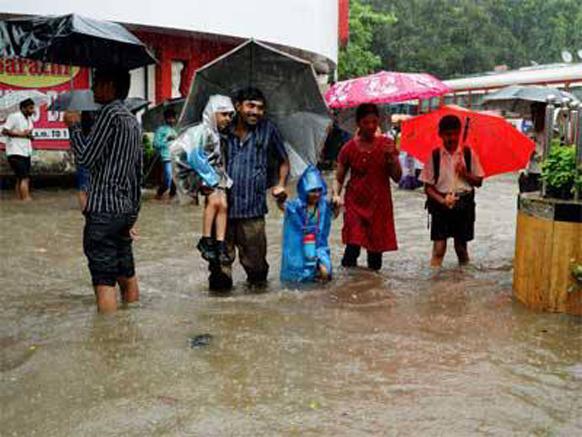 मुसळधार पाऊस कोसळत असल्याने मुंबई आणि ठाणे जिल्ह्यातील शाळा सोडण्यात आल्यात...